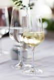 Um par de vidros no restaurante DOF raso Fotos de Stock