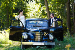 Um par do casamento com carro velho Foto de Stock Royalty Free