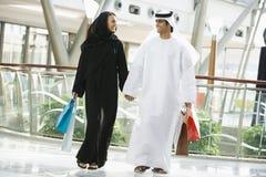 Um par do Oriente Médio em uma alameda de compra foto de stock