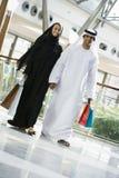 Um par do Oriente Médio em uma alameda de compra fotos de stock royalty free