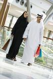 Um par do Oriente Médio em uma alameda de compra imagem de stock