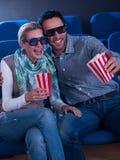 Pares bonitos que olham um filme 3d Imagem de Stock Royalty Free