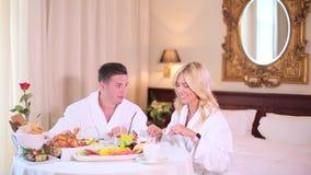 Um par em seus roupões janta no hotel video estoque