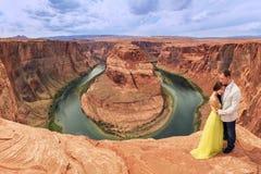 Um par em uma viagem por estrada da lua de mel na curvatura em ferradura, o Arizona Imagens de Stock