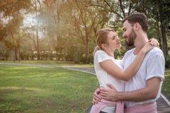Um par está abraçando-se e está tendo-se uma boa estadia foto de stock royalty free
