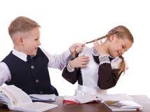 Um par estudantes da escola primária sentam-se em uma mesa Fotos de Stock