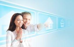 Um par feliz em um fundo claro imagem de stock royalty free