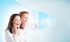 Um par feliz em um fundo claro fotos de stock royalty free