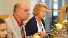 Um par idoso tem o jantar no restaurante filme