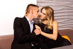 Um par loving elegante está em um restaurante Fotos de Stock Royalty Free