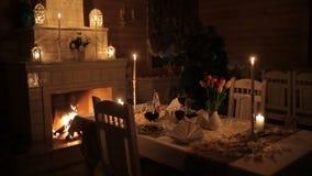 Um par loving janta pela luz de vela perto da chaminé filme