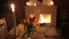 Um par loving janta pela luz de vela perto da chaminé vídeos de arquivo