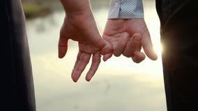 Um par loving junta-se às mãos vídeos de arquivo