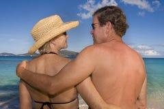 Um par maduro feliz na praia imagens de stock