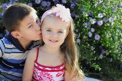Um par menino e menina perto das cores Fotografia de Stock
