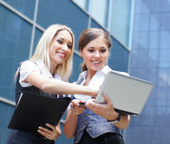 Um par mulheres de negócios caucasianos novas e espertas Foto de Stock Royalty Free