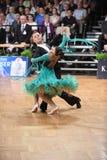 Um par não identificado da dança em uma dança levanta durante o padrão do grand slam no campeonato aberto do alemão imagem de stock