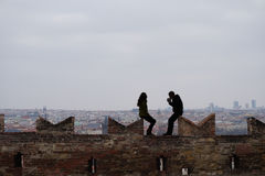 Um par na parede de um castelo alto Imagem de Stock