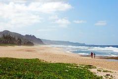 Um par na praia fotos de stock royalty free