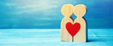 Um par no amor e um coração entre eles O conceito do amor e da simpatia entre dois povos Encontrando o amor de toda a vida fotografia de stock royalty free