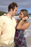 Um par novo começ romântico na praia Imagem de Stock Royalty Free