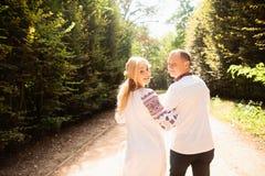 Um par novo em um ramalhete ucraniano tradicional do whith da roupa para apreciar o dia ensolarado no parque de Stryisky em Lviv  imagens de stock royalty free