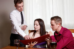 Um par novo em um restaurante Fotos de Stock Royalty Free