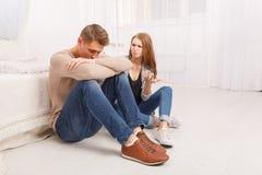 Um par novo está discutindo A menina exige a verdade do indivíduo foto de stock royalty free