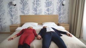 Um par novo feliz cai na cama vídeos de arquivo