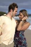 Um par novo na praia em Havaí Imagens de Stock Royalty Free