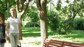 Um par novo no amor guarda as mãos e a caminhada no parque filme