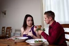 Um par novo que tem uma refeição romântica Foto de Stock Royalty Free