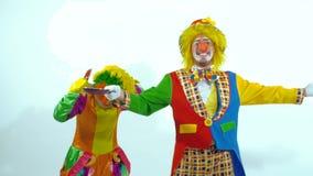 Um par palhaços de circo que jogam acima brinquedo-panquecas e que tentam travá-las video estoque