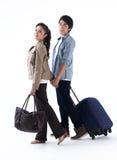 Um par que anda e que puxa a bagagem foto de stock royalty free