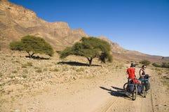 Um par que descansa durante um ciclista excursiona em Marrocos imagem de stock
