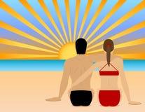 Um par que presta atenção ao por do sol na praia Imagem de Stock Royalty Free
