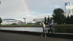 Um par que promenading no beira-rio filme
