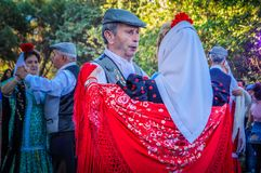 Um par superior está dançando Chotis durante San Isidro no Madri, Espanha fotografia de stock