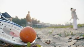 Um par superior que plaing o jogo de bola do qui da TAI com raquete e a bola no primeiro plano vídeos de arquivo