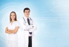 Um par trabalhadores médicos novos na roupa branca Foto de Stock