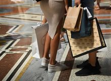 Um par turistas com os sacos de compras na galeria Vittorio Eman foto de stock royalty free