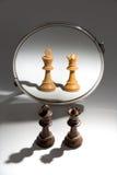 Um par um rei e uma rainha pretos estão olhando em um espelho para ver-se como um par branco foto de stock