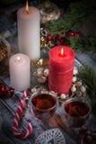 Um par velas do burning e copos de vidro do chá Ainda composição da vida com a decoração dos christmass no fundo rústico 6 Imagem de Stock Royalty Free