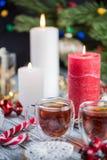 Um par velas do burning e copos de vidro do chá Ainda composição da vida com a decoração dos christmass no fundo rústico 5 Imagem de Stock