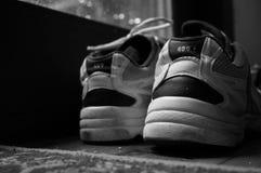 Um par velho de sapatilhas Fotografia de Stock