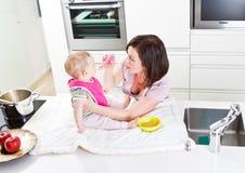 Um para o mama, um para a papá,? Foto de Stock Royalty Free
