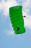 Um parachuter que executa na mostra de ar 2010 de Zagreb Fotos de Stock