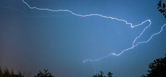 Um parafuso de relâmpago rasteja através do céu noturno sobre os Países Baixos fotos de stock