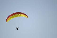 Um Paraglider Imagens de Stock