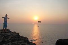 Um paraglider na perspectiva do mar e o por do sol ou o daw fotografia de stock royalty free